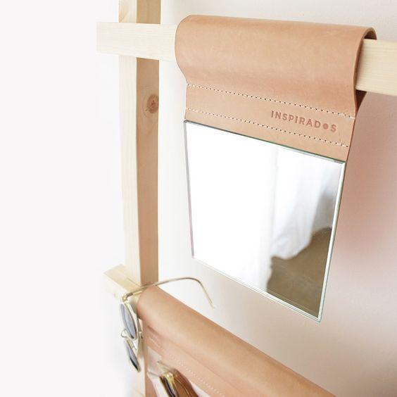 Este sencillo pero elegante #espejo está forrado con piel natural. Práctico para cualquier tocador. Encuéntralo en #Boutiquers