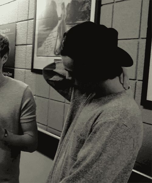 I cannot handle Harry in a snapback! (gif)