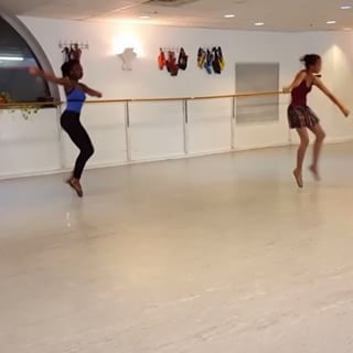 """A video of Homer Hans Bryant's students dancing en pointe to Disclosure and Sam Smiths' """"Omen"""" recently went viral online.   """"Brown Girls Do Ballet"""" Is The Next Instagram Account You Need To Follow"""