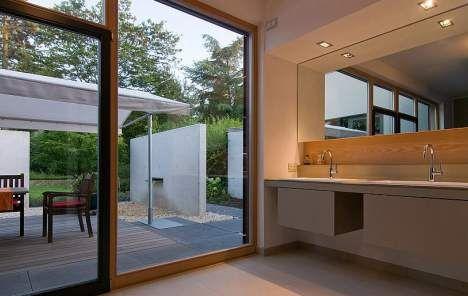 Bad mit Glastüre zum Garten mit Freisitz,  Foto: Marcel Kohnen