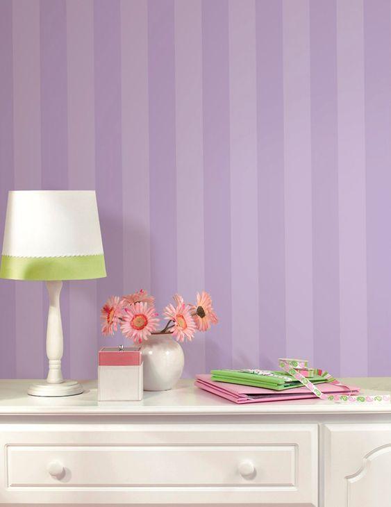 Mais um exemplo de como uma decoração com papel de parede roxo pode ficar incrível! Em tons mais claros, fica leve e traz mais vida ao quartinho de criança. O roxo estimula a criatividade e torna o ambiente alegre!