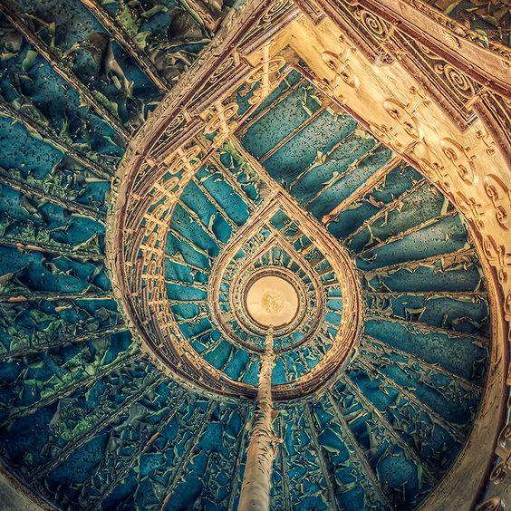 Fotografía escalera en palacio abandonado Pati Makowska en 500px