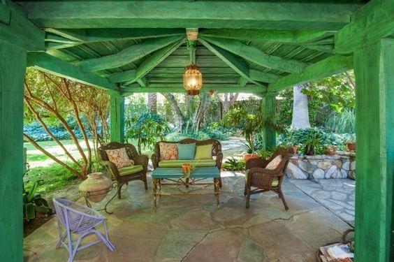 Da Holz so vielseitig ist können Sie einen hölzernen Pavillon keineswegs malen, die Sie wählen. In diesem Bild sehen wir einen hölzernen Pavillon grün lackiert. Diese Farbe setzt einen Ton für die Gestaltung und Farbe Palette der Gartenmöbel, die sich darunter befindet.