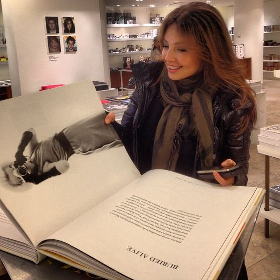 """Y mi obsesion en la mano!bb y iphone para twittear!Jajaja/ RT @ ArmandoCorrea: Shopping with @ Thalia @ Barneys New York"""