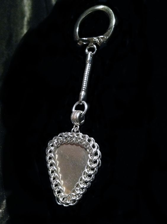 This stainless steel guitar pick is wrapped in Chain Maille (jewelry-grade Bright Aluminum), intricately crafted by yours truly!  Both sides of the key chain are identical.  32mm wide x 108mm long (including key chain hardware).  Made-to-order.