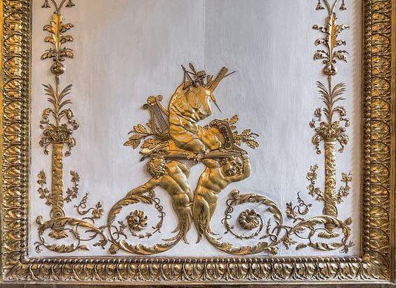 Petits Appartements de Versailles  détail des boiseries dans la garde robe de Louis XVI