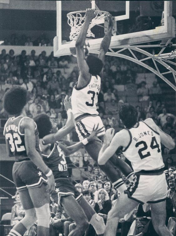 All-Star 75-76 Julius Erving watches Thompson dunk