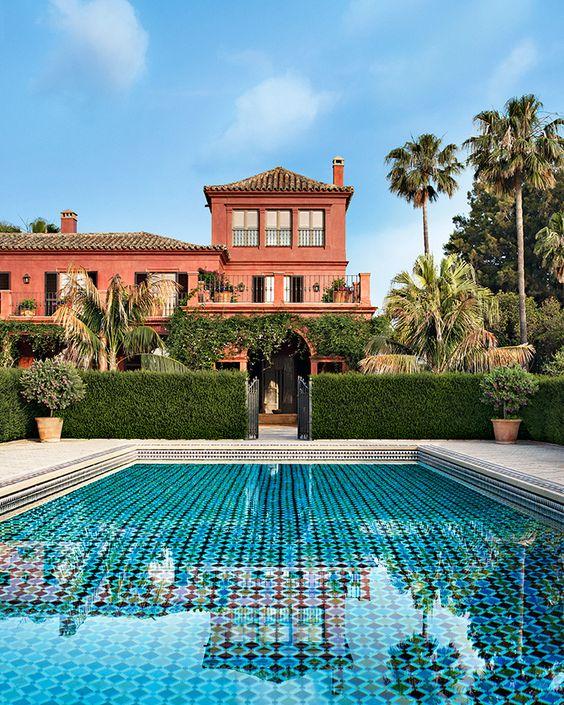 C'est de toutes pièces que les architectes décorateurs Laura Sartori Rimini et Roberto Peregalli ont créé cette demeure ancienne en Andalousie. Ici la piscine © Vincent Leroux