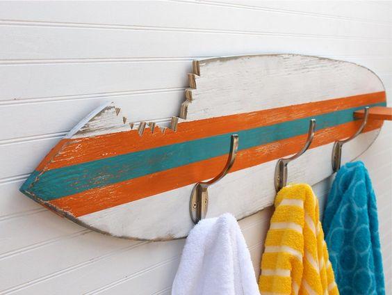 patère en planche de surf à rayures turquoises et orange