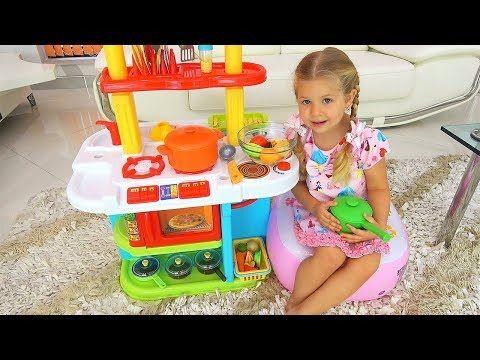 روما وديانا يلعبان لعبة الطبخ مستخدمين مجموعة ألعاب المطبخ Youtube Kids Play Kitchen Toy Kitchen Diy Baby Stuff