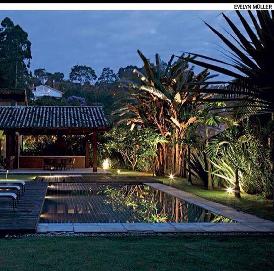 Spots próprios para jardim iluminam com eficiência os contornos de vegetações e arbustos de até 2 metros de altura, conforme o projeto da paisagista Caterina Poli, da Grama & Flor.  #DicaDaSun  contato@rosangelafernandes.arq.br ••••••••••••••••••••••••••••••••••••••••••••••••••••••• #arquitetura #interior #design #inspiration #decoração #laser #paisagismo #descanso #homedecor #house #detalhes #housedesign #instadesign #artlover #exteriordesign #instahome #casa #arquitetos #lifestyle…