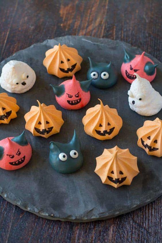 Marengs til Halloween: sjove marengs formet som spøgelser, djævle, græskar, flagermus – det er kun fantasien der sætter grænser. Festlige Halloween marengs.