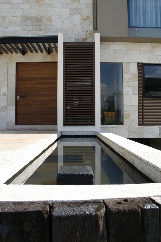 Casa ss plaza de acceso espejo de agua piso de de for Puertas para pisos