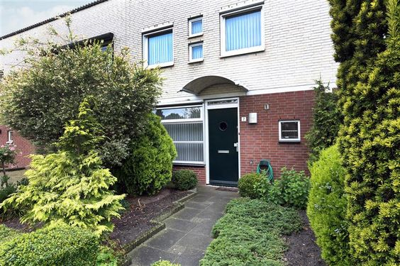 Te koop: Ophemertstraat 7, Tilburg - Hendriks Makelaardij - Fijne woning voor senioren of personen die mindervalide zijn. De woning beschikt op de begane grond namelijk over een slaapkamer, badkamer, fijne woonkamer en een royale tuin op het westen. Daarnaast zijn er op de 1e verdieping nog 2 slaapkamers en een badkamer. De Ophemertstraat is een rustige straat. De straat ligt dichtbij het groene natuur gebied de Dongevallei. In de omgeving zijn diverse voorzieningen te vinden.