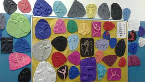 Pictogramas das Olimpíadas feitos de  relevo com papelão e papel de seda...: