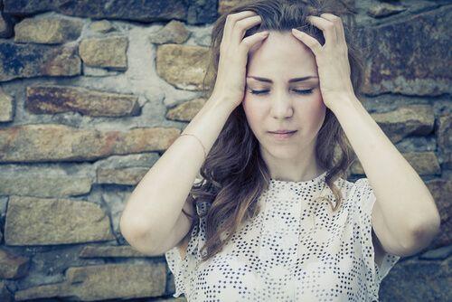 Chica pensando con las manos en la cabeza