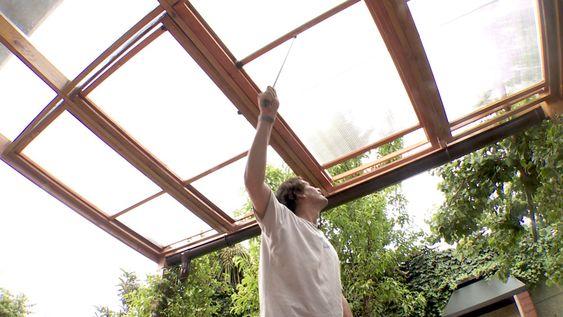 Uno de los muchos usos que se le da al policarbonato alveolar es como techo en las terrazas porque es resistente, impermeable y detja pasar la luz. Por eso trabajaremos en un cobertizo de 3x4m para cerrarlo en la parte superior con policarbonato, pero en sólo 2/3 partes del cobertizo el policarbonato estará fijo, y en el último 1/3 el policarbonato será corredizo para disminuir el efecto invernadero que en verano aumenta considerablemente en terrazas y logias.