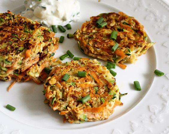 Low Carb Rezepte: Möhren-Zucchini-Puffer mit Schnittlauchquark