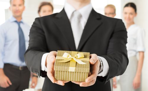 Neben der Weihnachtsfeier ist auch das Wichteln ein Brauch, der gerne zelebriert wird. Doch ein gutes Wichtelgeschenk für den Kollegen zu finden, ist eine echte Herausforderung. Wie es gelingt:   http://karrierebibel.de/wichteln-im-buero/