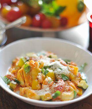 Tortellini trifft Pesto! Leckere, mit Pesto gefüllte Tortellinis und dazu buntes Gemüse. Das Rezept findet ihr nur bei uns!