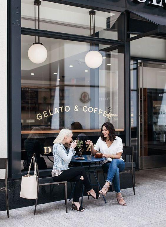 Dos mujeres hablando frente a un café