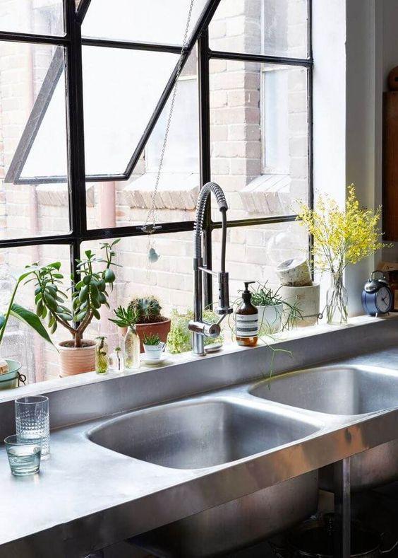 Evier en inox, mitigeur à bec rétractable et fenêtres de style loft dans la cuisine industrielle / Batinea vous propose ce style de robinet à petit prix https://www.batinea.com/anconetti-robinetterie-grande-cuisine-capitole-6329874.html?affiliation=pinterest