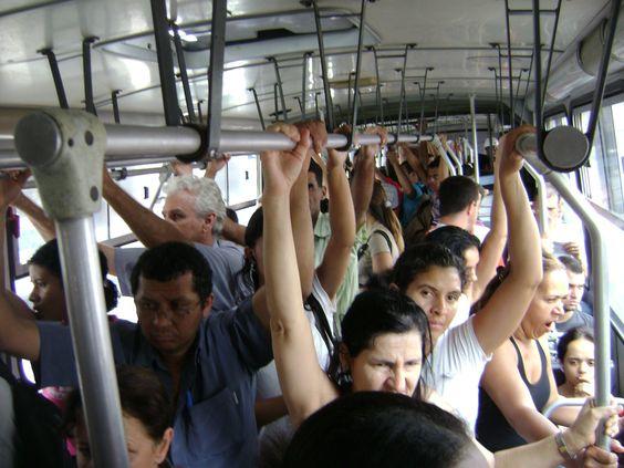 O prefeito de São Paulo, Fernando Haddad, estuda baixar um decreto obrigando os secretários municipais e seus assessores mais próximos a irem para o trabalho de ônibus todos os dias.