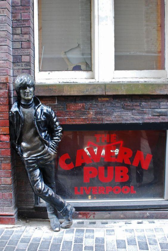 Estatua de John Lennon en The Cavern en Liverpol