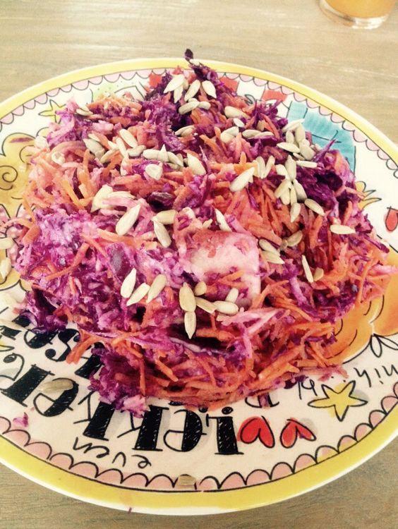 Paleo koolsalade (coleslaw) met rode kool, wortel, appel, zonnebloem (of pompoen) pitten en zelfgemaakte mayo #eetpaleo
