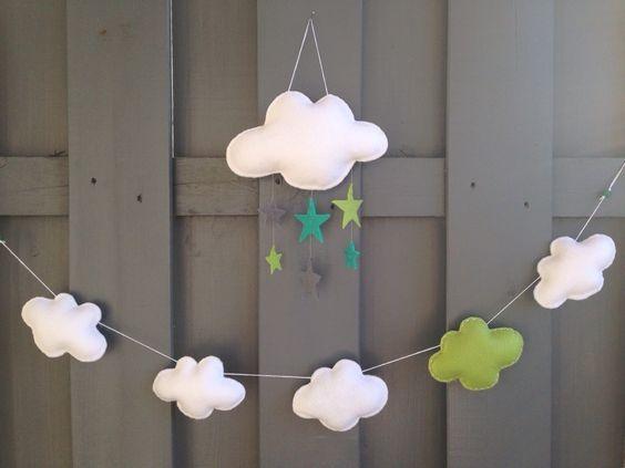 guirlande nuage faite de 5 nuages blancs et vert en feutrine chambre d 39 enfant de b b par eve. Black Bedroom Furniture Sets. Home Design Ideas
