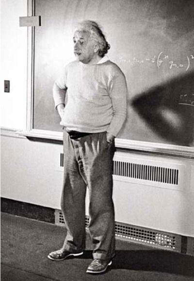 教壇に立っているアルベルト・アインシュタインの壁紙・画像