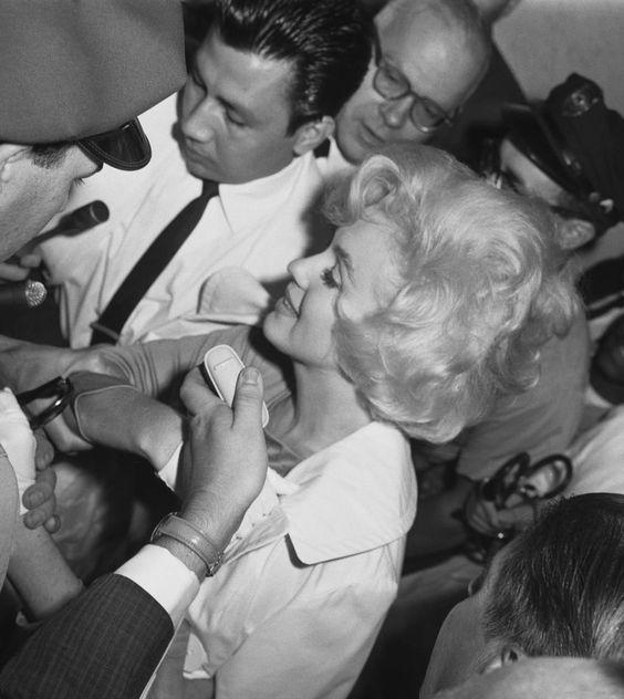 Image - 1961 / 11 Juillet, Marilyn sort de l'hôpital en chariot roulant où elle vient de subir l'ablation de la vésicule biliaire... (part 2, voir TAG). - Wonderful-Marilyn-MONROE - Skyrock.com