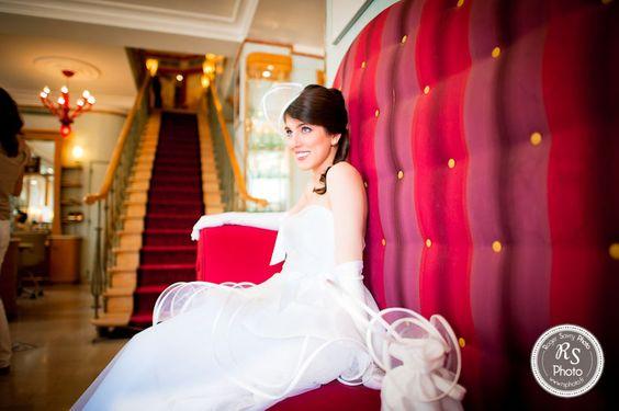 Mariée attendant son futur mari sur un magnifique canapé vintage rouge...