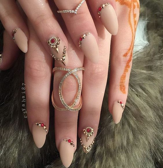 Neutral colors and feminine shapes. These nails remind me of India, the sensitive feminine soul, the luxury part of The beauty is fleeting. We may have more important things in life such as feelings, such as soul, love, joy …… Continue Reading →
