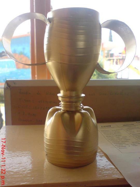 Copa de campeones botella de pl stico reciclada y pintura dorada cole pinterest pintura - Pintura para plastico ...