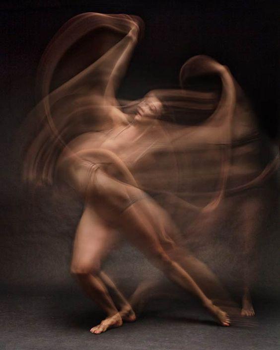 Pour son projet intitulé « Dancers in motion », le photographe new-yorkais Bill Wadman a tiré des portraits de danseurs en utilisant une vitesse d'obturation lente pour capturer leurs mouvements à travers ce flou artistique.