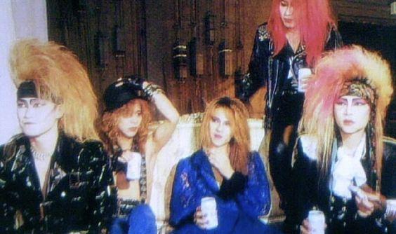 ソファーでくつろいで缶ビールを飲んでいるX JAPANの画像