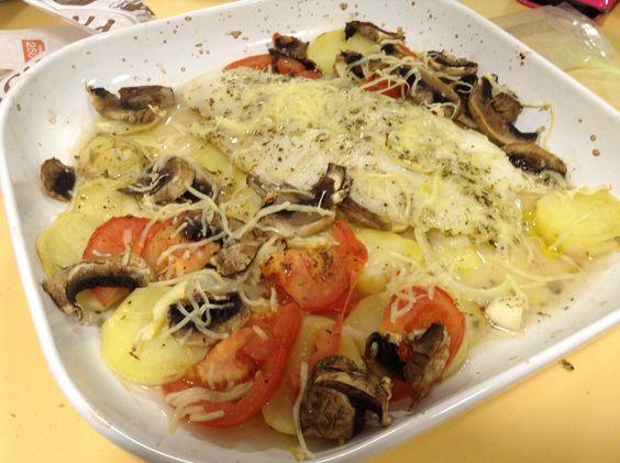 Filete de pescado al vino blanco con jitomate, papas, cebollas y champiñones.