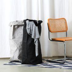 Die Uashmama Laundry Bags fühlen sich an wie Leder, sind aber aus waschbarem Papier. Durch ihr leichtes Gewicht lassen sie sich überall einsetzen, zum Beispiel im Bad als Wäschekorb. Bei uns im Shop gibt es die Säcke in zwei schönen Farben: in Schwarz und in Grau.
