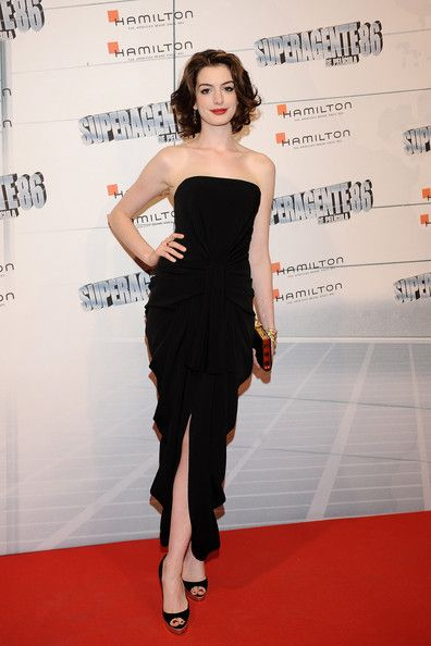 Brillant Anne Hathaway...  Dapper Lady...   In 2010, she starred in the box office hits Valentine's Day, Tim Burton's Alice in Wonderland, and Love and Other Drugs and won an Emmy Award for her voice-over performance on The Simpsons.