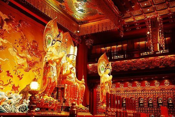 Bên trong chùa còn hoành tráng và nguy nga hơn cả vẻ ngoài của nó