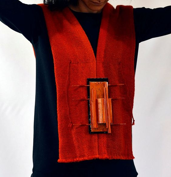 Roxana Casale  - serie 'TERRITORIOS',papel, laca japonesa y textil - collar detalle