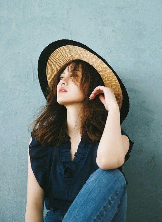 帽子を被った白石麻衣