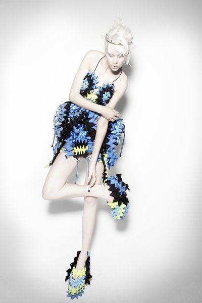 """I toni dell'#azzurro e del #blu intenso danno carattere a una sorprendente proposta #fashion """"costruita"""" con gli #origami… colori che ci fanno pensare a grandi novità che presto scoprirete :-) - Las tonalidades del #azul intenso dan carácter a una sorprendente propuesta #fashion """"construida"""" con los #origamis… colores que nos hacen pensar en las grandes novedades que pronto podrán descubrir :-)"""