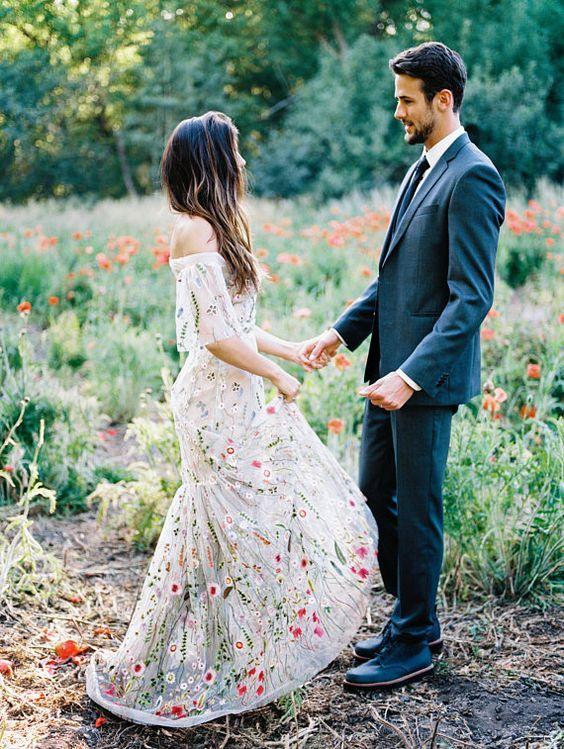 Folclóricos. Si quieres un look un poco más tradicional, puedes llevar un vestido off shoulders o agrega una capa bordada de gasa encima.