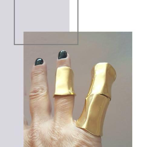 Dora Haralambaki  · nov 2017 ·    E S S E N T I A L || Minimalist jewellery style