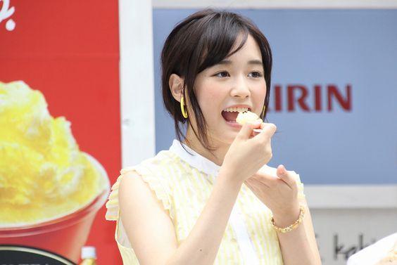 アイスを食べる大原櫻子