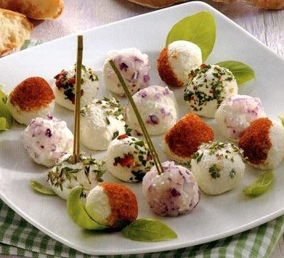Le palline di formaggio multicolori sono un\'ottimo aperitivo per una cena tra amici. La ricetta che proponiamo è a base di caprino e ricotta, insieme a olive, peperoni, erba cipollina e limone triturato.