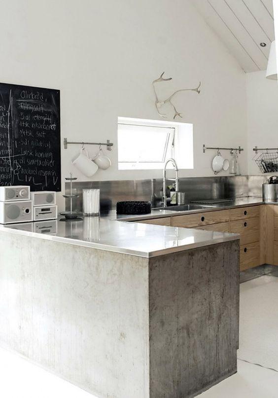 Grijze keuken met houten afwerkingen en een gewei   grey kitchen ...