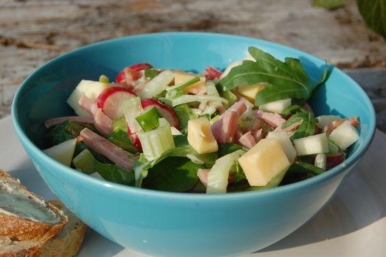 Salade bleekselderij, ham, kaas en appel.